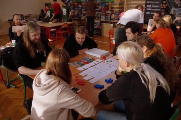 Paweł Jurgiel iZbyszek Zych (obaj wfirmowej czerni Lans Macabre) prezentują prototyp Future Inc. nazjAvie 2013. Fot.Błażej Kubacki