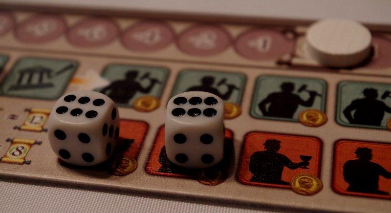 Dwóch emerytowanych robotników wygrzewa kości naplanszy białego gracza.